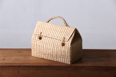 triangle bag made from Water hyacinth Straw bag Beach bag Triangle Bag, Water Hyacinth, Basket Bag, Cute Bags, New Bag, Craft Work, Handmade Bags, Beautiful Bags, Purses And Handbags