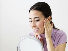 Rejuvenece tu rostro con una rutina de yoga facial. Te presentamos ejercicios de yoga facial para evitar arrugas y líneas de expresión. Recobra la belleza de tu rostro a través de yoga facial.