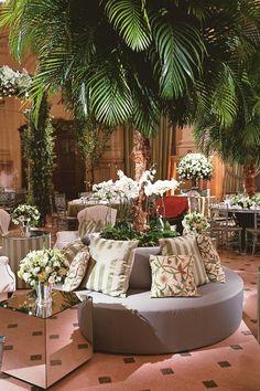 Lounge-Decoração com palmeiras e rosas brancas para a árvore externa