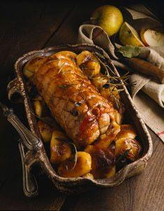 Rôti de porc au four (rôti de porc de 1 kg, miel, beurre demi-sel, oignons roses, sauge, thym frais, romarin, pommes fruit à cuire)