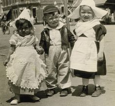 little dutch kids Vintage Children Photos, Vintage Photos, Old Pictures, Old Photos, Holland Netherlands, Folk Costume, My Heritage, Historical Pictures, World Cultures