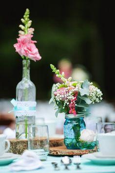 Vaso azul simples com base em madeira