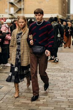 Vogue rounds up the most eye-catching street style trends to inspire – and wear – now. Tokyo Street Fashion, London Fashion Weeks, Street Style Trends, Streetwear Mode, Streetwear Fashion, Grunge Style, Soft Grunge, Grunge Outfits, Men Street