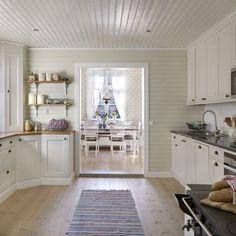 """""""Jag älskar vårt kök, allt från färgsättningen till hur köket är byggt. Vår snickare Gösta har verkligen lyssnat på huset när han platsbyggt det"""", säger Maria."""