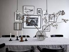 salón nórdico puertas dobles blancas Paredes grises y carpintería blanca look total white todo blanco estilo nórdico decoración gris decoración blanco comedor nordico sillas negras blog decoración nórdica