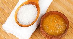 Dica importante: você precisa adotar o açúcar como produto de beleza! Mais do que um ingrediente na cozinha, o alimento pode servir como um poderoso cosmético e grande aliado para deixar o cabelo, a pele e as unhas incríveis e hidratados. Entre outros benefícios, as partículas do açúcar aju