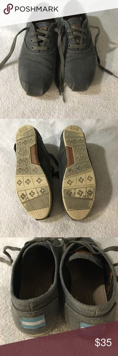 TOMS Cordones Dark Blue Women's 8 Good condition Women's Cordones shoes, size 8. Can be worn with or without laces since there is elastic keeping the tongue attached to the shoe. Wear marks on the bottom and back on the TOMS label. Includes shoe bag but not box. TOMS Shoes Sneakers