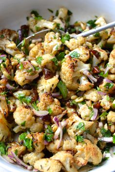 Roasted Cauliflower, Dates, Red Onion & Parsley Salad - Vegan Food ☆ powered by plants - Salat Vegetable Sides, Vegetable Recipes, Vegetarian Recipes, Healthy Recipes, Roast Vegetable Salad, Free Recipes, Vegetable Appetizers, Veggie Food, Vegan Meals