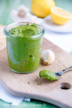 """Ob dieses Spinat Pesto nun """"blubb"""" hat oder nicht, darüber kann man sich sicher streiten... Auf jeden Fall hat es eine wunderbar grüne Farbe und schmeckt richtig würzig! Dazu einfach schnell Spaghetti"""