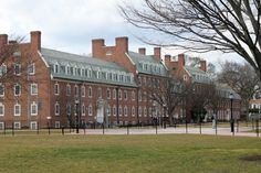 University of Delaware. The University of Delaware is the largest university in Delaware. The main campus is in Newark, with satellite campuses in Dover, Wilmington, Lewes, and Georgetown. (V)