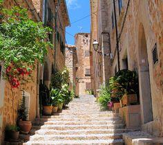 Mallorca steht für schöne Strände, endlose Partys und ein Meer an Touristen. Doch das ist nur die halbe Wahrheit, denn abseits der Hotelhochburgen verstecken sich einzigartige Städte, die mit ihrem besonderen Charme jeden noch so skeptischen Besucher um den Finger wickeln.