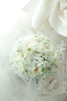 2シェアブーケ サンタキアラ教会様へ 白のいろいろな花だけで : 一会 ウエディングの花