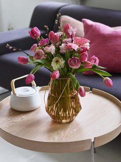 Bukett med tulipaner, ranunkler og kirsebærgreiner.