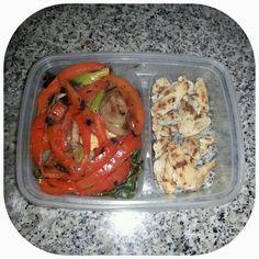 Pollo y vegetales a la parrilla / Chicken and grilled vegetables