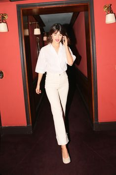 Jeanne damas in beautiful white outfit white pumps, off white denim jeans and shirt. French Fashion, Look Fashion, Paris Fashion, Spring Fashion, Girl Fashion, Fashion Tips, Fashion Trends, Fashion Women, Fashion Outfits
