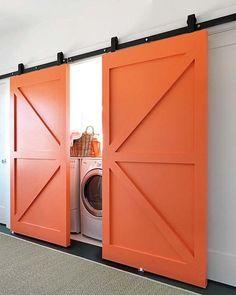 Puertas naranjas para la zona de lavado