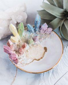 Auf Bestellung: Aura Rainbow Dish - Einhornkristalle Amethyst Rosenquarz Imágenes efectivas que le proporcionamos sobre diy crafts Una - Diy Resin Art, Resin Crafts, Crystals And Gemstones, Stones And Crystals, Black Crystals, Keramik Design, Crystal Aesthetic, Crystal Decor, Diy Home Decor