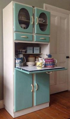 Vintage Kitchen I want! Vintage Kitchen Larder Cupboard Cabinet Kitchenette, Solid wood Manufactured in Romford by Blue Gate Products. Design Retro, Vintage Design, 1950s Kitchen, New Kitchen, Kitchen Ideas, Kitchen Designs, Kitchen Layout, Kitchen Inspiration, Retro Kitchens