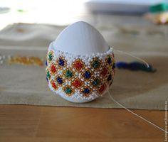 Скоро Пасха, и поэтому хочу поделиться с вами мастер-классом по оплетению пасхального яйца. Эту серию я назвала 'Городец'. Нам потребуется: Деревянная заготовка яйца высотой приблизительно 6-7,5 см и в диаметре 9-9,5 см. Акриловая краска. Чешский бисер №11 белого, золотого, красного, синего и зеленого цветов. Бисерная игла. Капроновая нить. Воск, чтобы провощить нитку (так она становиться…