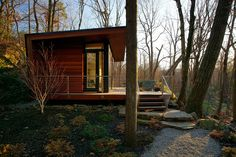 In the woods of Chappaqua, New York is this modern studio cabin. Designed by, Workshop APD, the team made this modern cabin blend beautifully with the surrounding area. Tiny House Swoon, Tiny House Cabin, Natural Privacy Fences, Off Grid Cabin, New York Studio, Cabin In The Woods, Tiny House Movement, Little Houses, Tiny Houses