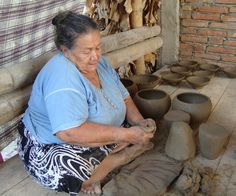 Maria Román  artesana..Dicen los entendidos, que el hombre primitivo noto que en la huella de su puno,sobre greda humeda podia quedar almacendada una pequena cantidad de agua..empezo a crear herramientas para sobrevivir ..para alimentarse..para vivir..asi fue como se empezo a crear la artesania