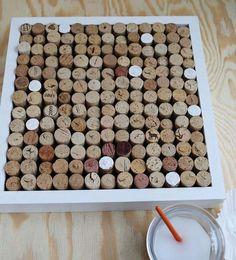 fabriquer un panneau d'affichage DIY à partir de bouchons en liège arrangés dans une boîte de rangement
