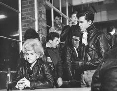 This photo shows the typical greaser style of dress. Today we see influences of this from the leather jackets, graphic teas, and the overall tough look. 60s Fashion Trends, 1960s Fashion, Modern Fashion, Vintage Fashion, Men's Fashion, Work Fashion, Fashion Ideas, Fashion Tips, Teddy Boys