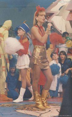 Peças douradas, como botas e a saia, nesta foto, são cores que Xuxa sempre apostou também. No...