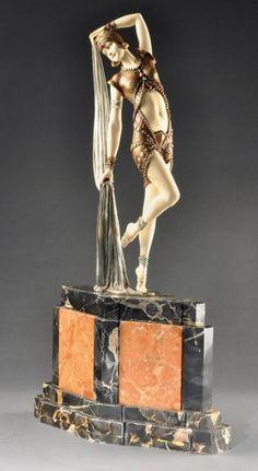 Demeter Chiparus (1886-1947) «Yambo» Rare épreuve chryséléphantine en bronze à patine dorée rehaussée d émaux rouges et turquoise. Signée sur la base «DH.Chiparus». Vers 1925. H: 58,5 cm (avec base) H: 38,5 cm (sans base) (légère restauration à un doigt) A rare chryselephantine bronze proof heightened with enamels. Signed on the base «DH.Chiparus». Circa 1925 H: 23 in (with base) H: 15 in (without base)