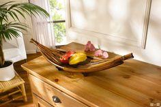 Holz und Bambus in warmem Braunton, dekorativ geschwungene Form