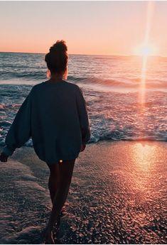 How to Take Good Beach Photos Beach Photography Poses, Beach Poses, Summer Photography Instagram, Softbox Photography, Photography 2017, Phone Photography, Photography Portfolio, Abstract Photography, Photography Business