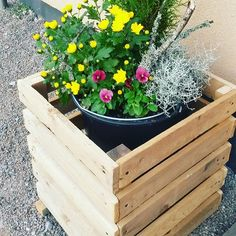 Beautiful front door flower pot for your office -  it is necessary use recycled wooden pallets ....