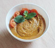 - 350g de lentilles corail - 1 petite brique de lait de coco (environ 200mL) - 2 càs bien bombées de pâte de curry doux - 200 mL de purée de tomate - 1/2 oignon jaune* - 750 mL d'eau, à moduler selon l'avancement de la cuisson - Quelques petites tomates et un peu de menthe ou de coriandre pour servir (facultatif) - Poivre du moulin et fleur de sel - 1 citron vert No Salt Recipes, Pureed Food Recipes, Indian Food Recipes, Vegetarian Recipes, Cooking Recipes, Ethnic Recipes, Salty Foods, Vegan Dishes, Food Truck