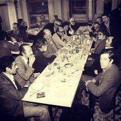 Masaya bak! En arka masada Cemal Süreya ve Rıfat Ilgaz. En başta ibrahim Sadri, Metin Eloğlu, Can Yücel, Yaşar Kemal, Edip Cansever, Tomris Uyar, Melih Cevdet Anday, Fazıl Hüsnü Dağlarca, Turgut Uyar, Ece Ayhan, Nilgün Marmara, Salâh Birsel, İlhan Berk.