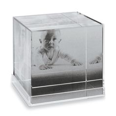 Based on a retro design this Crystal and acrylic photo block is great as it lets you insert photos one it's different faces to create a 3 dimensional photo cube.