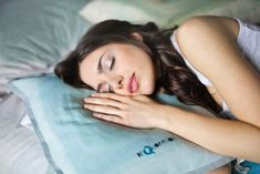 Learn the difference between snoring and sleep apnea signs. Snoring is caused by health factors and human actions. How you can helps snoring & sleep apnea. Ravintsara, Oils For Sleep, Sleep Quality, Healthy Sleep, Eating Healthy, Healthy Living, Natural Sleep, Sleep Deprivation, Snoring
