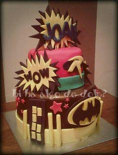 """Tarta de cumpleaños """"Batman""""  Bizcocho de almendra relleno de ganache de chocolate."""