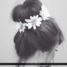 Nuestra dona para hacer recogidos, es ideal por sí sola para crear este peinado. Pero mira lo sensacional que puede lucir sí le agregas flores alrededor. Incluso ayudarán a esconder la liga y alguno que otro cabello rebelde.