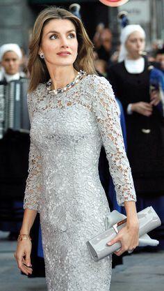 Con otro vestido gris de encaje en corto. Letizia tiene varios de este tipo y corte.