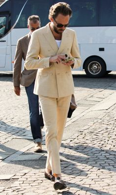 Street style Pitti Uomo 88 – Powered by Louis Purple – Ziua 1 - Stil Masculin . Suit Up, Suit And Tie, Cool Street Fashion, Street Style, Only Fashion, Mens Fashion, Streetwear Men, British Style, Mens Clothing Styles