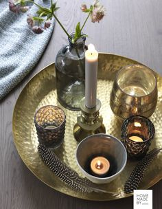 HOME MADE BY_STIJL PARK | NAJAAR 2016 | SFEER CREËREN | INTERIEUR TRENDS | TIJDLOOS | GOUD | KAARSEN | SFEERVOL Candle Tray, Candles, Simple Living Room Decor, Centre Pieces, Plant Decor, Home Decor Accessories, Interior Inspiration, Fall Decor, Sweet Home