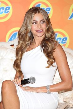 #WCW: Sofia Vergara caramel highlights + bombshell curls   | Daily Makeover