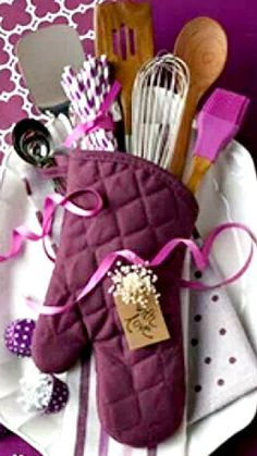 10 Gorgeous DIY Gift Basket Ideas Kitchen Gift Idea ~ This bundle would be especially great for someone who recently moved into a new home or is learning how to cook. Kitchen Gift Baskets, Diy Gift Baskets, Christmas Gift Baskets, Christmas Gifts, Kitchen Gifts, Basket Gift, Diy Kitchen, Christmas Tree, Holiday