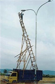 """We've all familiar with the saying, """"Climbing the ladder of success."""" But what if you have a ladder of failure? Or as I call it a """"ladder of fuccess. Safety Pictures, Fail Pictures, Crazy Pictures, Safety Fail, Construction Fails, Construction Safety, Darwin Awards, Weird News, Workplace Safety"""