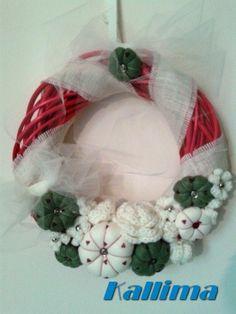 Ghirlanda natalizia in midollino rosso, decorato da nastro in iuta beijge, nastro in tulle color burro, fiori e rose in lana e pannolenci.