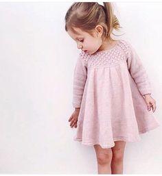 crochet dress outfits 57 ideas for crochet dress girl knitting Girls Knitted Dress, Crochet Dress Girl, Knit Baby Dress, Knitting For Kids, Crochet For Kids, Baby Knitting Patterns, Crochet Baby, Girls Sweaters, Baby Sweaters
