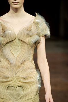 Fashion designer Iris van Herpen is widely recognized as one of fashion's most talented and forward-thinking creators who continuously pushes the boundaries of fashion design. Next Fashion, 3d Fashion, Fashion Details, Couture Fashion, Fashion Design, Couture Details, High Fashion, Fashion Dresses, Iris Van Herpen