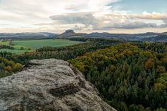 https://flic.kr/p/pYpQqN | herbstliche Farben um den Lilienstein | Blick vom Großen Bärenstein auf den Lilienstein. Im Hintergrund erkennt man noch die Schrammstein und rechts die Festung Königstein.