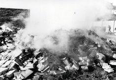 1) Dictadura Militar argentina - Libros. Esta foto es la que elegi y creo que mejor representa el daño echo a la cultura argentina durante los años de dictadura.