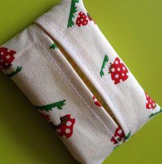 子供の小さいポケットに裏地付きだと厚くなるし、最初はリバーシブルで作っていたものの裏返すこともなかったので1枚仕立てで。 布端が見えるロックミシンやギザギザミシンを使わずに作ります。